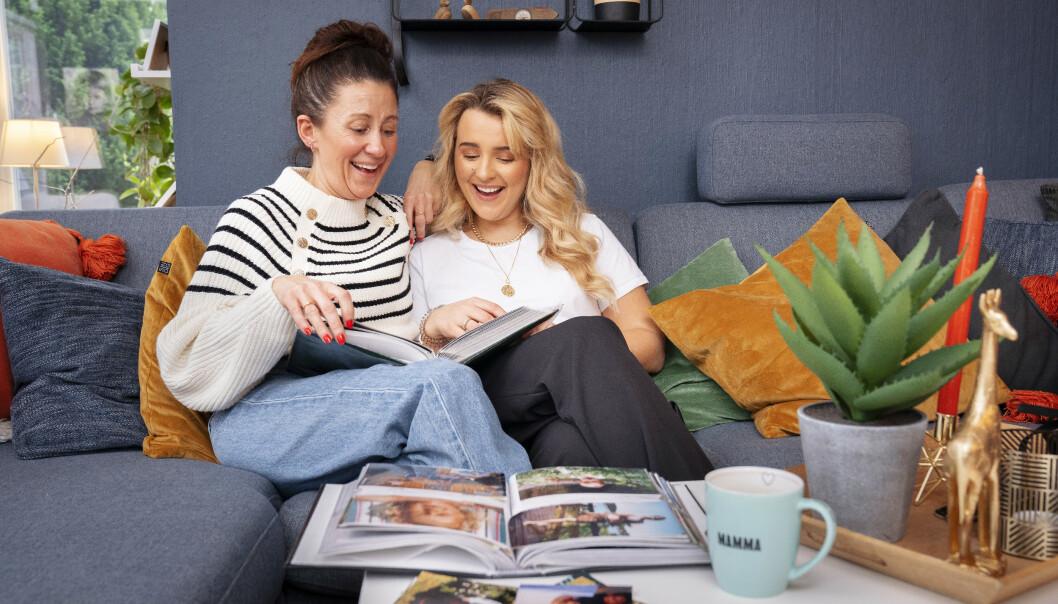 MYE KJÆRLIGHET: Til tross for tøffe tak har Hanna og moren Camilla også delt mange fine stunder sammen, og fikk seg en god latter da de tok en kikk i fotoalbumet. Foto: Espen Solli / Se og Hør