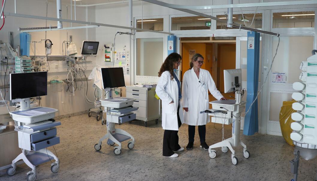 Overlegene Christina Schøndorf (t.h). og Anne Bøen klargjør den ene kohortstuen ved intensivavdelingen på OUS, Ullevål sykehus. Her blir det plass til fire intensivtrengende koronapasienter, sannsynligvis på respirator. Foto: Anders Bayer / OUS / NTB scanpix