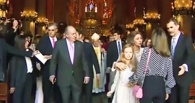 <strong>SJOKKERTE SPANIA:</strong> Da dronning Letizia resolutt dyttet vekk svigermoren etter påskegudstjenesten i 2018, skapte det voldsomme reaksjoner. Foto: NTB Scanpix