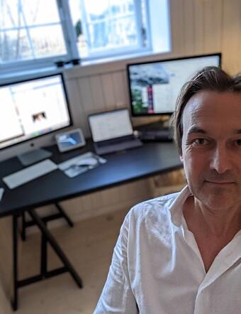 HJEMMEKONTOR: Alle ansatte i Scandinavia Online jobber nå fra hjemmekontor. Her jobber adm. dir. Jan Thoresen fra kjellerstua.