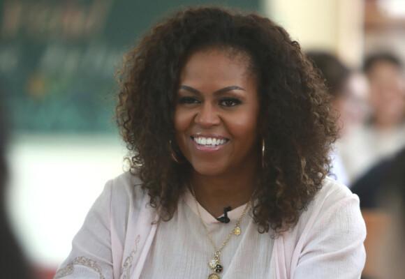 <strong>HETETOKTER:</strong> Michelle Obama avslører at hun har vært plaget med hetetokter som følge av overgangsalderen. Her er hun avbildet i Vietnam i 2019. Foto: NTB Scanpix