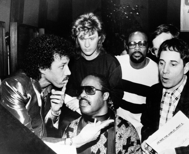 <strong>STJERNESPEKKET:</strong> Under innspillingen av «We are the world» i 1985 var det et stjernespekket lag som utgjorde gruppen «USA for Africa». Fra venstre Lionel Richie, Daryl Hall, Quincy Jones, Paul Simon og Stevie Wonder. FOTO: NTB Scanpix