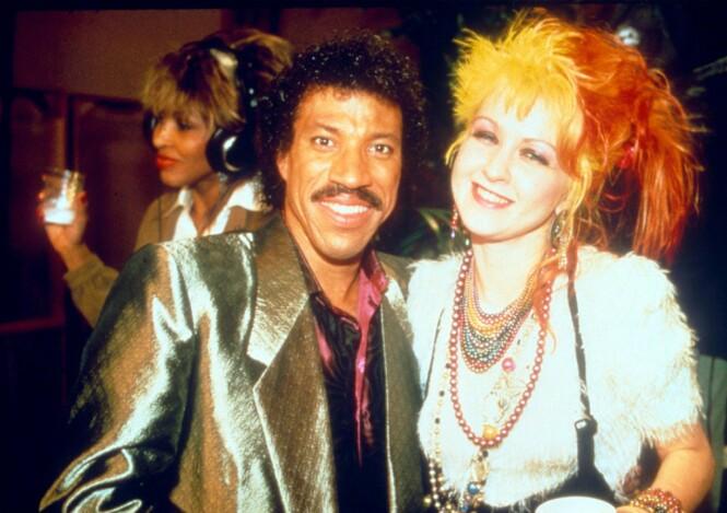 <strong>VELDEDIGHET:</strong> Lionel Richie og Cindy Lauper under innspillingen av «We are the wolrd i 1985. FOTO: NTB Scanpix