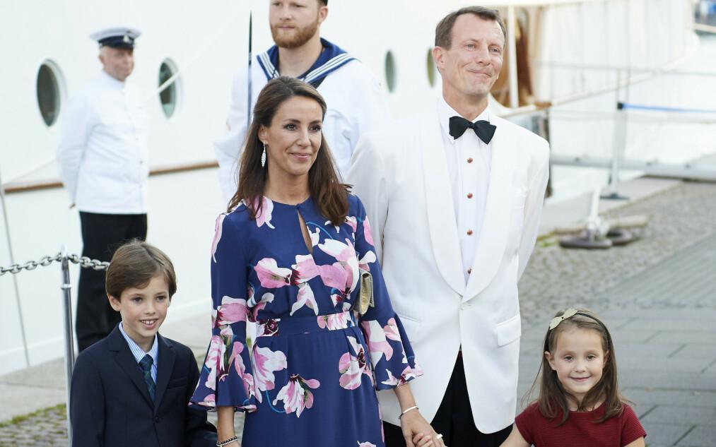 BLE UNDERSØKT: Prins Joachim og prinsesse Maries sønn, prins Henrik, ble i går undersøkt på Rigshospitalet i Danmark etter å ha hatt pusteproblemer assosisert med astmatisk bronkitt. Her er familien avbildet i 2017. Foto: NTB Scanpix