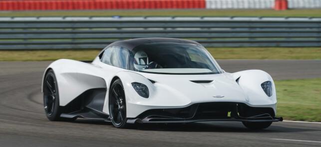 1000 HK: Det fortelles ingenting om ytelser, men Ferrarien som uttales som konkurrent har 1000 hester, så endten må Vallhalla være lett eller sprek for å få ut vikinghornene. Foto: Aston Martin