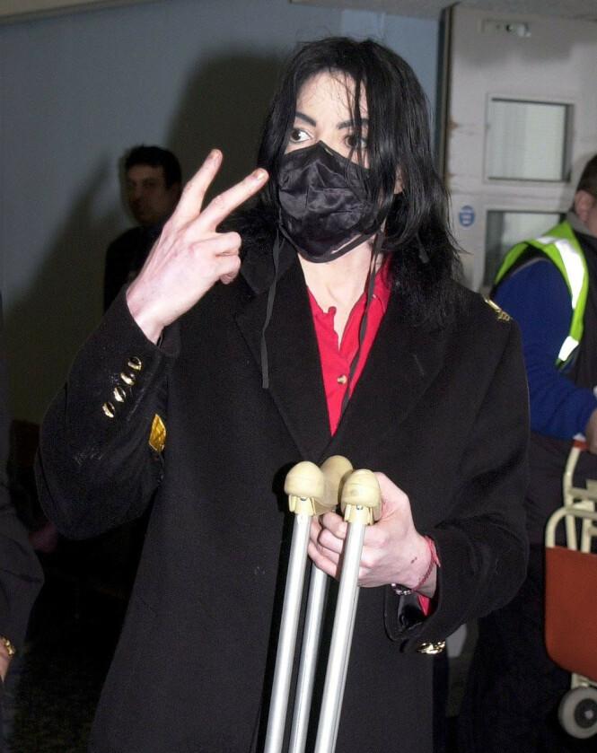 <strong>VILLE UNNGÅ SYKDOM:</strong> Ifølge popstjernens tidligere livvakt brukte Michael Jackson munnbind for å hindre at han skulle bli smittet av et virus. Her avbildet på flyplassen Heathrow i London 10. juni 2002. Foto: NTB Scanpix