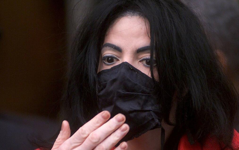 <strong>BESKYTTET SEG:</strong> Den avdøde popstjernen Michael Jackson ble ofte sett i offentligheten med munnbind. Her avbildet i London i 2001. Foto: NTB Scanpix
