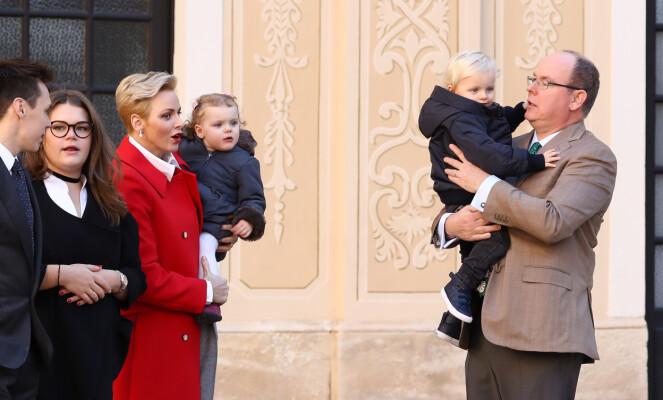 FAMILIE: Det er ikke kjent om det kun er prinsen som er smittet. Her er Albert avbildet med kona og barna i 2016. Foto: NTB Scanpix