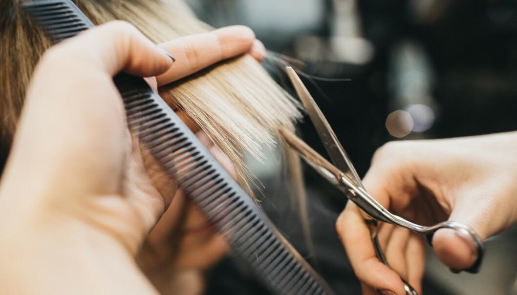 HÅRTIPS: Hvordan ta best vare på håret i disse dager? Og kan man farge og klippe håret hjemme? Vi har svaret! FOTO: NTB scanpix