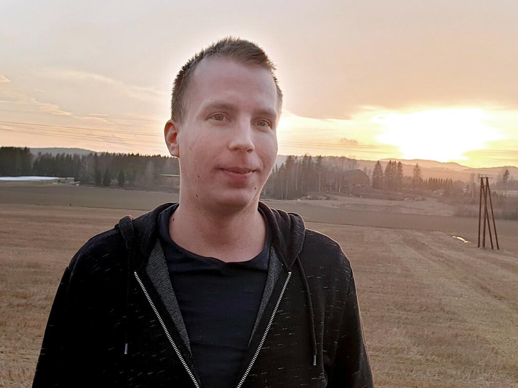 Christian Myhre Lundheim er utvikler og team-leder i PowerTech Engineering. Selv om mange av kollegene hans tar hjemmekontor for tida, reiser Lundheim aller helst på kontoret - med trygg avstand til kollegene sine. 📸: Privat