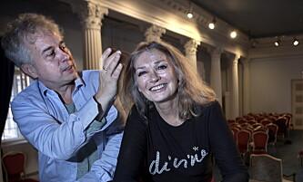 <strong>MARIA CALLAS:</strong> Kari Onstad på før forestillingen «Callas Revisited - en divas siste natt» på Nationaltheatret i 2017. Det var et innblikk bak fasaden til operalegenden Maria Callas. Her er hun sammen med regissør Einar Bjørge. Foto: Anders Grønneberg