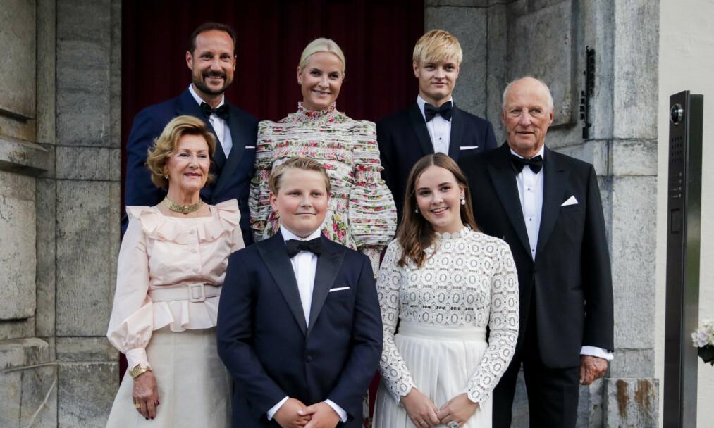 TAR FORHOLDSREGLER: To kongelige har fått påvist smitte på verdensbasis. Her hjemme gjør den norske kongefamilien det de kan for å holde seg friske. Dette bildet ble tatt i sommer. Foto: Vidar Ruud / NTB scanpix