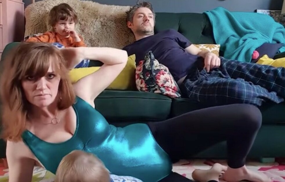 I FERD MED Å BLI SPRØ: - Men vi skal klare det, synger mammabloggeren for full hals i sin versjon av I Will Survive. FOTO: Skjermdump Youtube