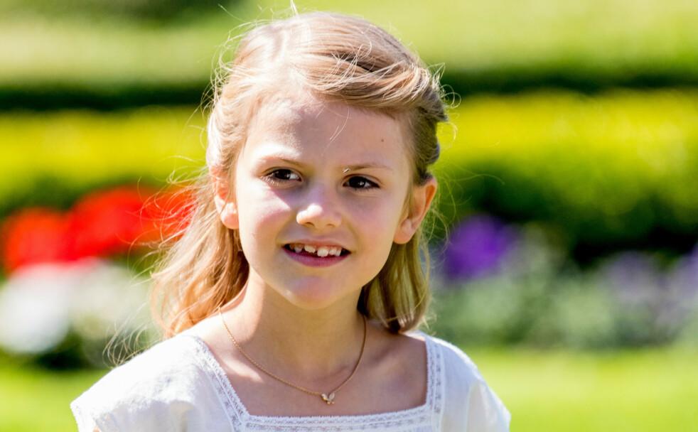 KONGELIG: Prinsesse Estelle bar det spesielle smykket under mamma kronprinsesse Victorias fødselsdagsmarkering på Solliden slott på Øland i Sverige i fjor sommer - og hun har brukt det mange ganger siden. FOTO: NTB scanpix