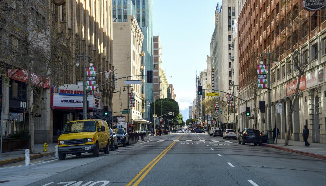 <strong>LITE FOLK:</strong> Broadway er vanligvis full av mennesker, men fredag 20. mars var det nesten tomt i sentrum av Los Angeles. Coronaviruset har nå sendt rekordmange ut i arbeidsledighet. Foto: Jeff Gritchen / The Orange County Register / SCNG via AP / NTB Scanpix