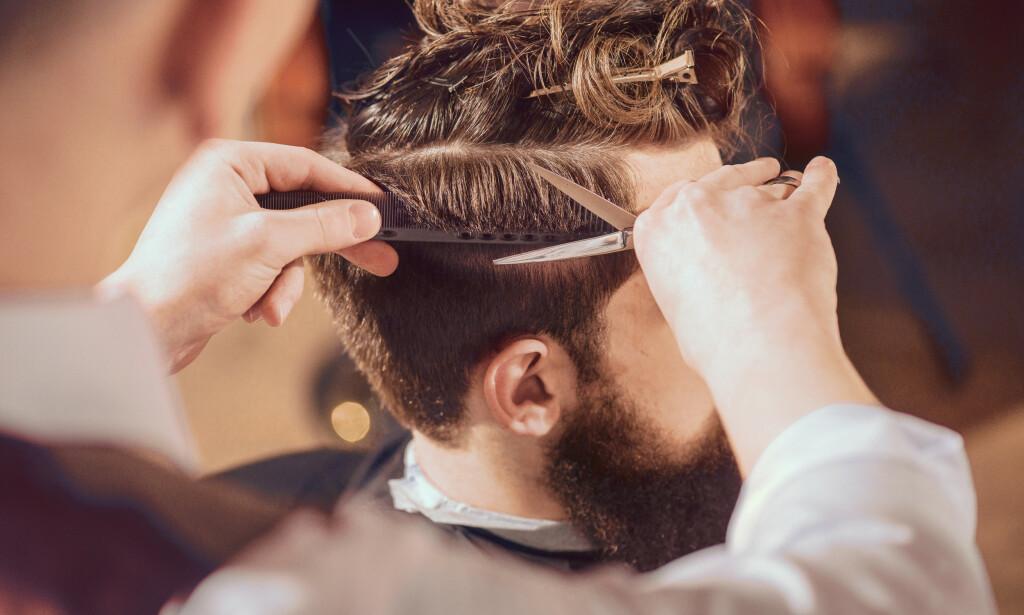 HÅRKLIPP: Når salongene er stengt og frisyren ute av kontroll, er det mange som prøver seg på en hårklipp hjemme. Foto: Shutterstock/NTB Scanpix