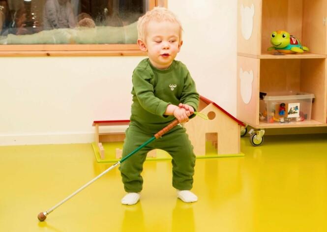 <strong>FULL FART:</strong> Theo trives i barnehagen, og har allerede innsett at den hvite stokken kan brukes som støtte når han går, og til å lete etter ting. Han har heller ingen problemer med å navigere rundt på egen hånd der han er kjent. Lyder og ekko forteller toåringen hvor han befinner seg. Foto: Svend Aage Madsen/ Se og Hør