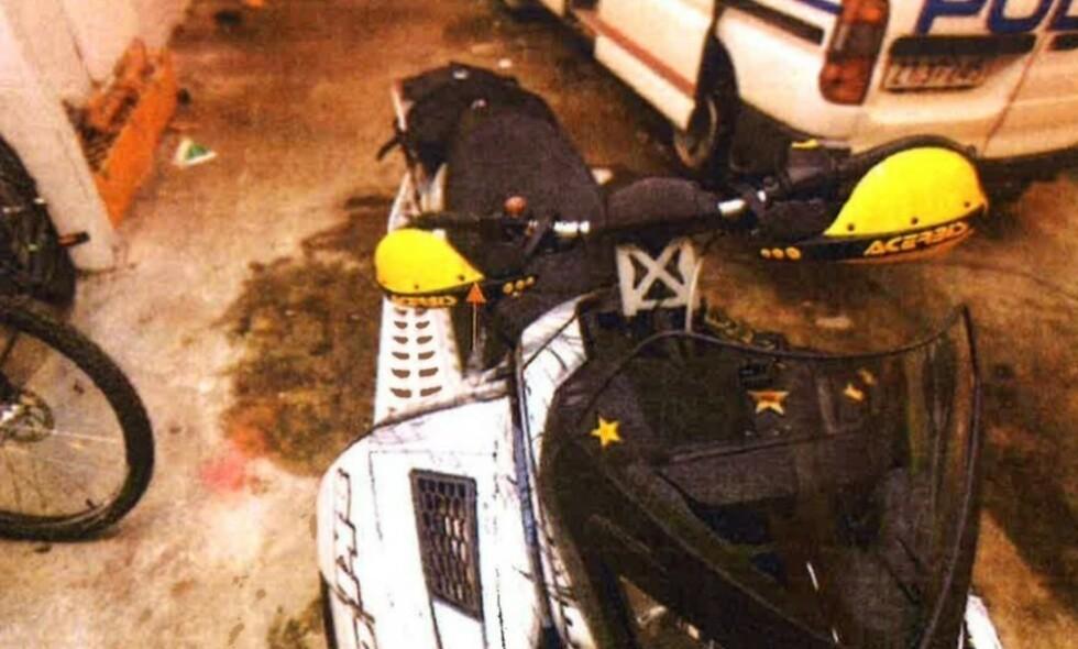 BLODFLEKK: Pilen til venstre på bildet viser en blodflekk politiet fant på en scooter. En DNA-prøve viste at blodet tilhørte Leif Arvid Ernstsen.