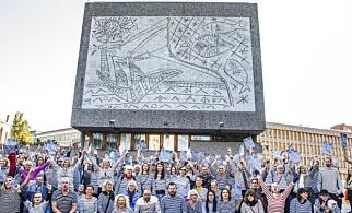 KJEMPER: Demonstranter er samlet foran Y-blokka. Dette bildet ble tatt for et år siden, og markerte den massive motstanden mot vedtaket om riving. Demonstrantene er iført stripete plagg for å hedre Pablo Picasso, som står for utsmykkingen sammen med Carl Nesjar. Foto: Ole Berg-Rusten / NTB Scanpix