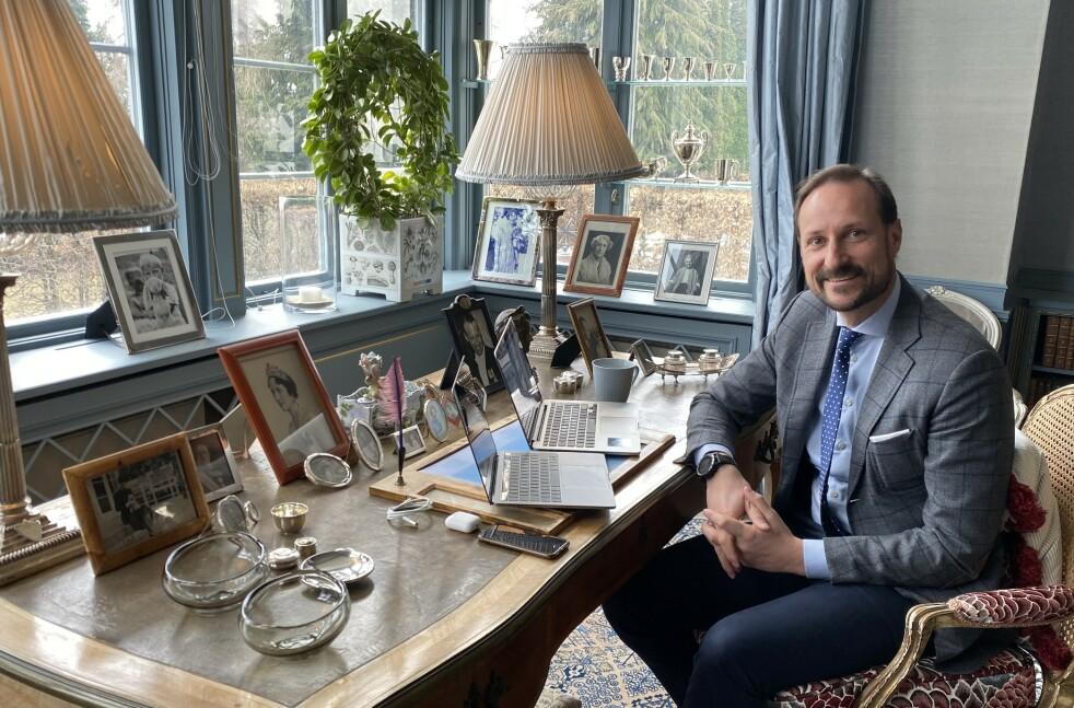 KRONPRINS HAAKON: I likhet med mange andre nordmenn har også kronprins Haakon hjemmekontor i disse dager. Denne uken fikk vi være flue på veggen da han holdt videomøte med Bufdir, Bufetat og en orientering fra soldater i Heimevernet, hjemme på Skaugum. FOTO: Det kongelige hoff / NTB scanpix