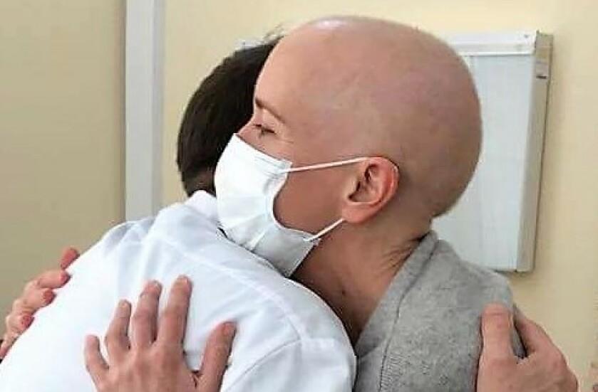 REDNINGSMANN: Karin kaller doktor Denis Fedorenko for sin redningsmann. Det var han som hadde hovedansvaret for hennes stamcellebehandling. Og han fortjener all verdens ros og klemmer, mener hun.FOTO: Privat