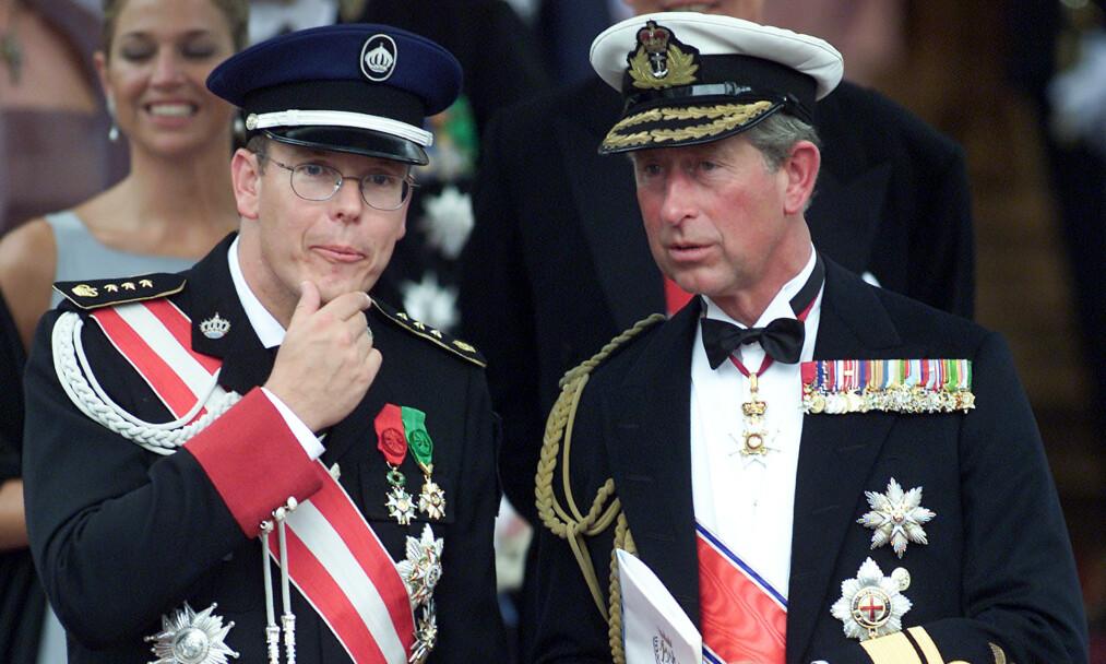 <strong>BENEKTER:</strong> Fyrst Albert av Monaco og prins Charles av Wales har begge testet positivt for covid-19. Like før begge ble syke, møttes de i London. Nå går førstnevnte hardt ut og frasier seg smitteansvaret. Her er de fotografert sammen i Oslo i 2001, i forbindelse med bryllupet til kronprins Haakon og kronprinsesse Mette-Marit. Foto: NTB scanpx