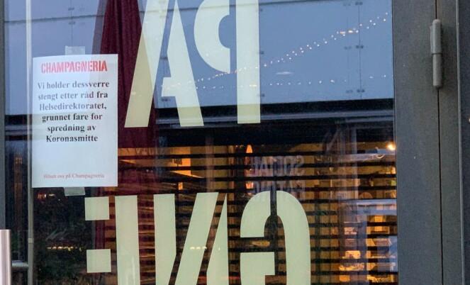 MÅTTE STENGE: Ved inngangen til Champagneria i Mathallen informeres det om at serveringsstedet nå er stengt grunnet fare for spredning av coronasmitte. Nå er det klart at dørene aldri vil åpnes igjen. Foto: Nicolai Eriksen / Børsen