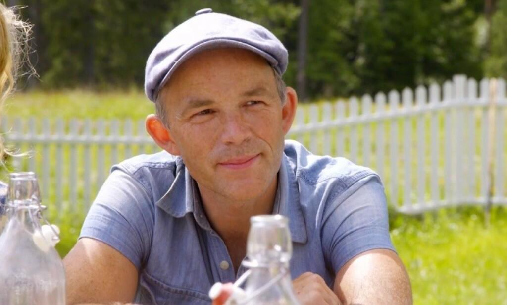 MÅ SVARE FOR SEG: Erik Alfred Tesaker får flere spørsmål han må svare på fra de andre deltakerne. Det samme får konkurrenten Mia Gundersen. Foto: TV 2