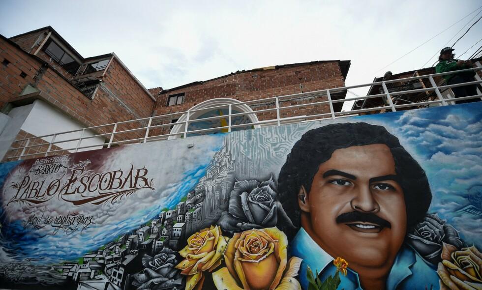 PREGER BYEN: 27 år etter at han ble drept preger fortsatt narkokongen Pablo Escobar storbyen Medellin så mye at det svekker Colombias sjanser til å få det prestisjetunge fotball-VM for kvinner. De 214 medlemmene i FIFA stemmer åpent om mesterskapet i morgen. FOTO: AFP/Raul Arboleda.
