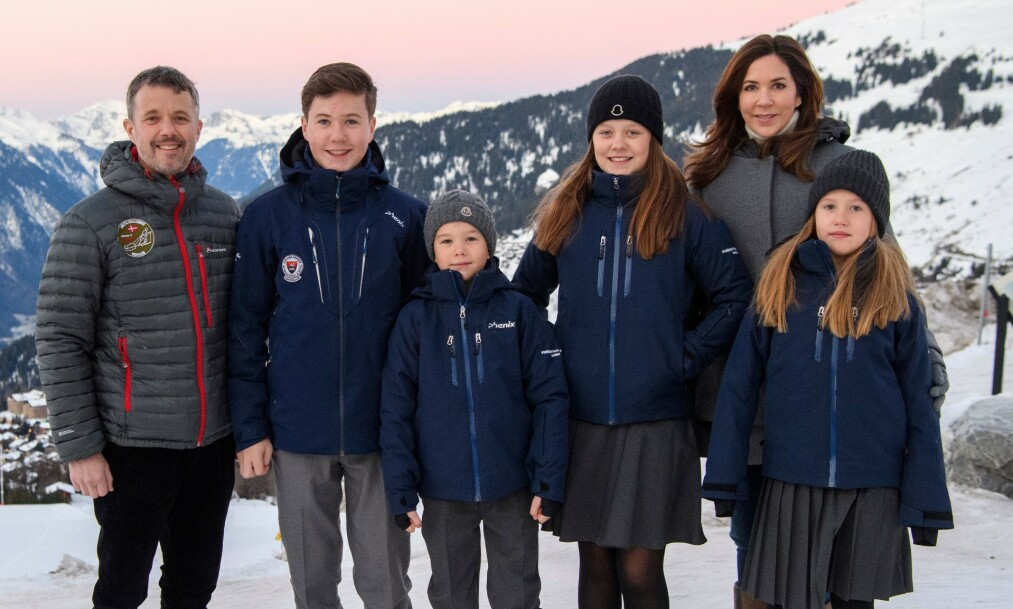 <strong>HJEMME IGJEN:</strong> De danske kronprinsbarna har siden januar vært bosatt i Sveits der de har gått på kostskole i de sveitsiske alpene. Nylig måtte familien vende hjem igjen på grunn av coronaviruset. Foto: NTB scanpix