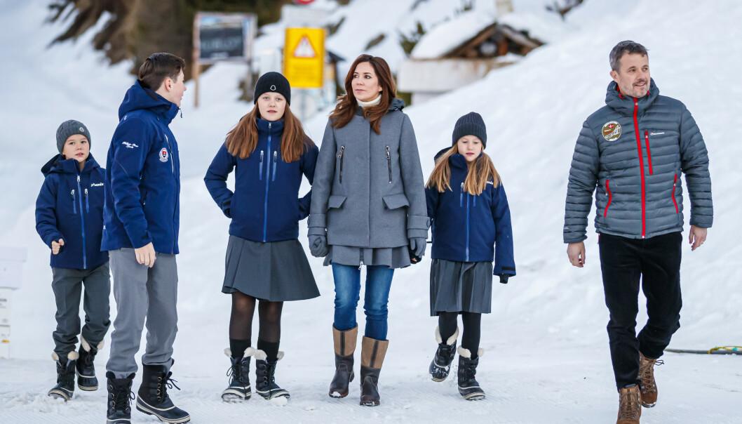 <strong>KOSTSKOLE:</strong> Kronprinsbarna har siden januar vært på kostskole i Sveits. Nå mottar de hjemmeundervisning i Danmark. Her avbildet før de møtte pressen i anledning første skoledag i januar. Foto: NTB scanpix