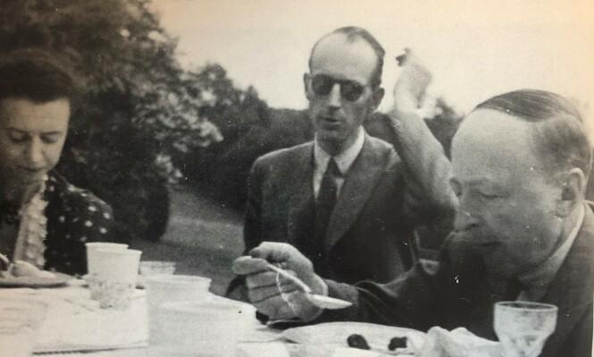 I EKSIL: Ekteparet Gudrun og Johan Georg Ræder på lunsj hos direktør Norman Böhn (t.h.) på hans landsted utenfor London i krigsårene. FOTO: Privat