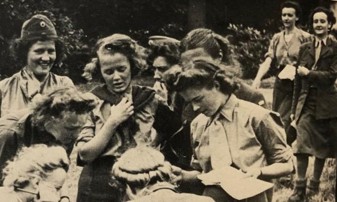 REKRUTTSKOLE: Søstrene Gudrun Ræder og Ingrid Martius (øverst til høyre) fotografert under et orienteringsløp i Skottland i 1942. FOTO: Privat