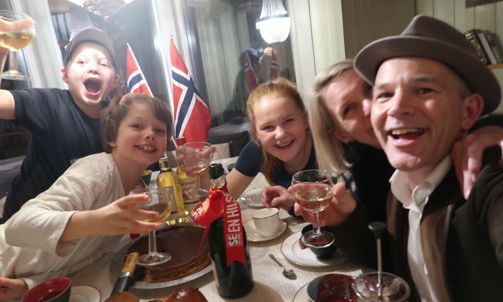 VINNER: Erik Alfred Tesaker vant «Farmen kjendis» søndag kveld. Her fra feiringen med familien hjemme på Gyland. Foto: Privat