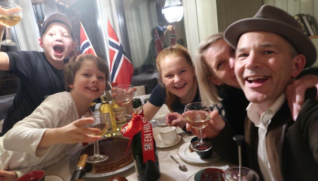 <strong>VINNER:</strong> Erik Alfred Tesaker vant «Farmen kjendis» søndag kveld. Her fra feiringen med familien hjemme på Gyland. Foto: Privat