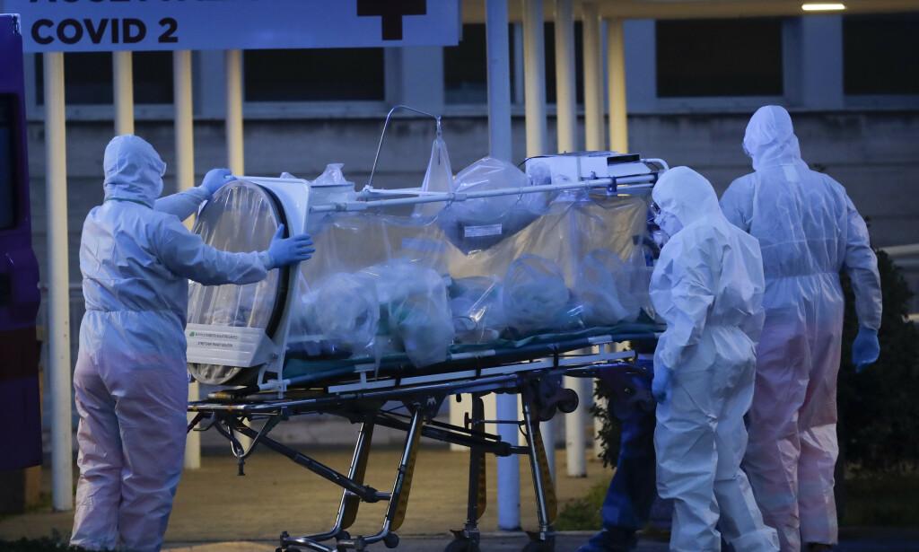 OVERFYLT: En pasient med coronavirus fraktes inn på Columbus Covid 2-sykehuset i Roma tidligere i mars. Sykehuset tar kun imot pasienter med coronavirus, og skal avlaste de regionale sykehusene. Foto: AP Photo / Alessandra Tarantino / NTB scanpix