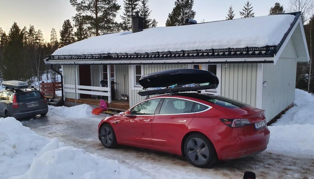 BAK-FREM: Her har Peter Fritzson snudd takboksen på sin Tesla Model 3. Det ga oppsiktsvekkende gode resultater, men det går utover sikkerheten, ifølge Statens vegvesen. Foto: Peter Fritzson.