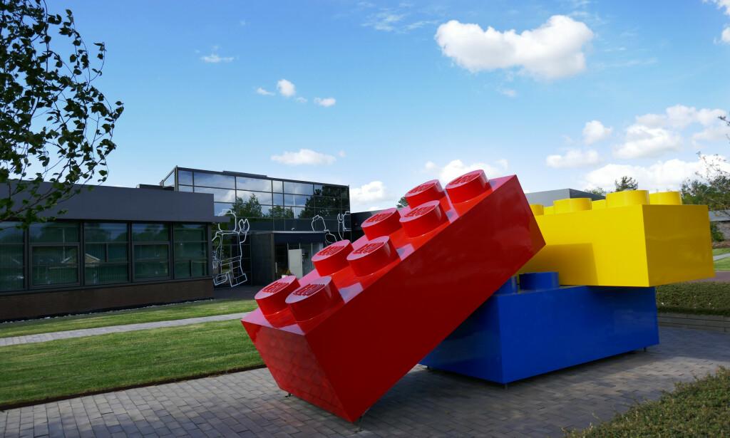 HÅVER INN: Lego System AS' hovedkvarter i Billund i Danmark med store legoklasser på plassen foran hovedinngangen. Arkivfoto: Erik Johansen / NTB scanpix