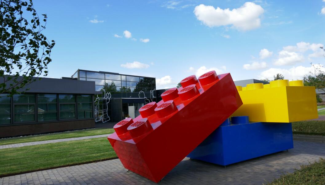 <strong>HÅVER INN:</strong> Lego System AS' hovedkvarter i Billund i Danmark med store legoklasser på plassen foran hovedinngangen. Arkivfoto: Erik Johansen / NTB scanpix