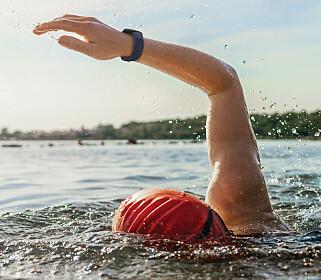 TÅLER VANN: Som forgjengeren Charge 3 er fireren vanntett, så du kan svømme med den. Foto: Fitbit