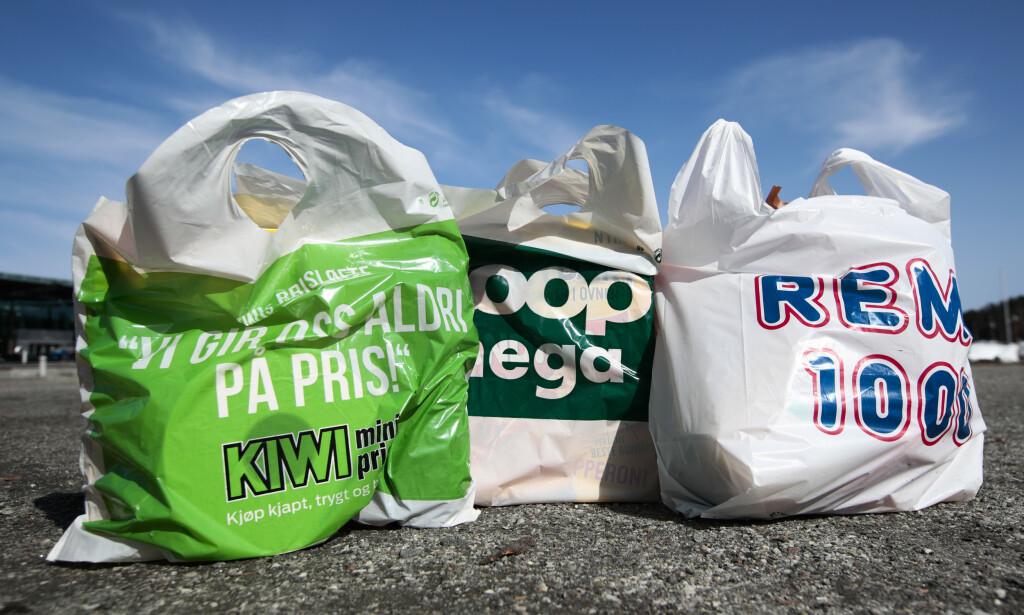 TILTAK: Norgesgruppen (representert med en pose fra Kiwi), Coop (her ved Mega) og Rema 1000 vurderer tiltak for å unngå påskemakaos i butikkene. Foto: Lise Åserud / NTB scanpix