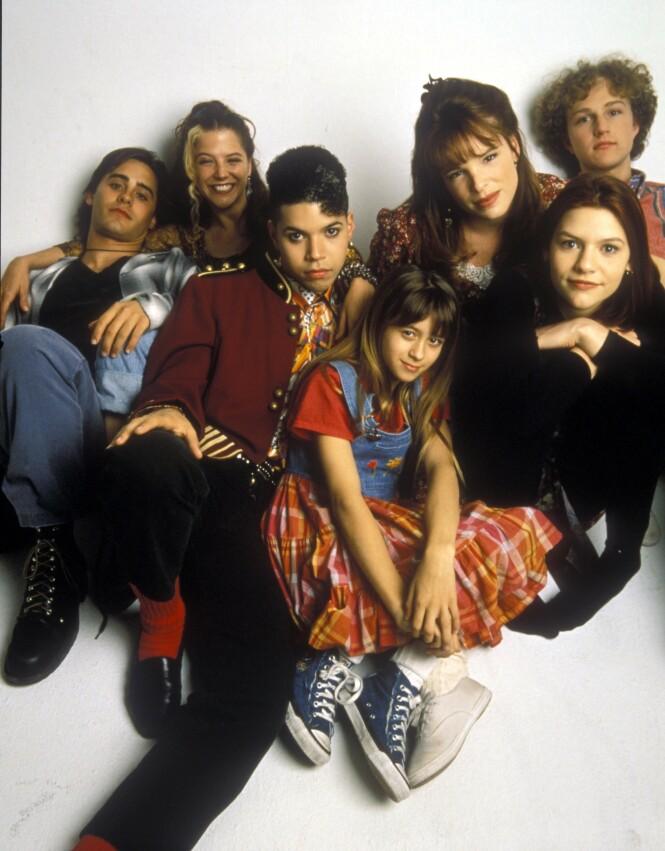 HEI,GJENGEN: 90-tallet ringte, osv. Her er hele vennegjengen samlet, med lillesøsteren til Angela i front - som har sneket seg med, slik lillesøstre har en tendens til å gjøre den dag i dag. Foto: NTB Scanpix/ ABC