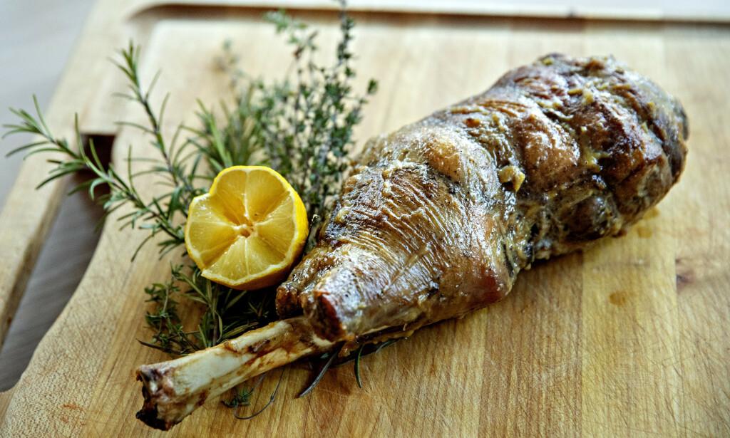 HVITLØKSGLASERT: Lammelåret blir gnidd inn med bakt og most hvitløk før den siste halvtimen i ovnen. Dette gir en rund og fin hvitløkssmak på kjøttet.