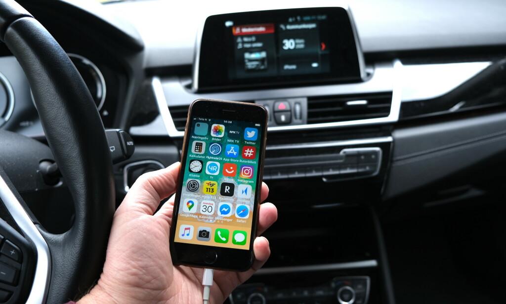 FARLIG UOPPMERKSOM: De nye berøringsskjermene tar oppmerksomheten bort fra ting som skjer på veien foran. Aller farligst er det når Appel CarPlay og Google Android Auto koples opp på skjermen i bilen. Foto: Rune Korsvoll