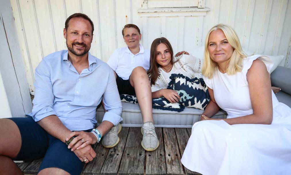 HILSER: Kronprins Haakon kom mandag med en hilsen fra kronprinsfamilien, som i disse dager er hjemme i likhet med store deler av Norges befolkning. Her er familien avbildet sammen i fjor sommer. Foto: NTB scanpix