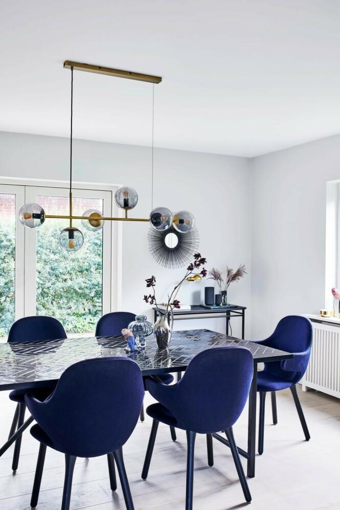 Camilla skaper sammenheng ved å la de samme stolene, men i ulike farger, gå igjen i flere rom. Stolene er fra &tradition, lampen fra Bolia og spisebordet fra Warm Nordic. Tips! Når gulvene er lyse og de fleste veggene er hvite, kan du lett endre fargepaletten i innredningen. FOTO: Høeg + Møller