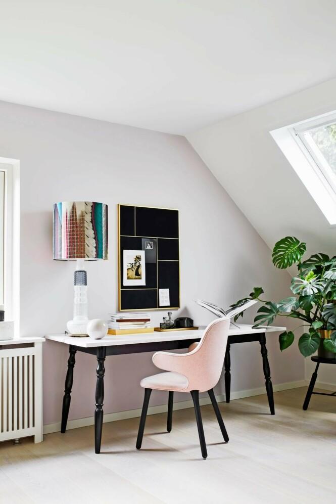 Det gamle skrivebordet er blitt pusset opp med maling, så det passer til den pastellfargede veggen. Oppslagstavlen er fra Please Wait to be Seated, og stolen er fra &tradition. Lampen er fra Design by Us og krakken fra Norm Architects. FOTO: Høeg + Møller