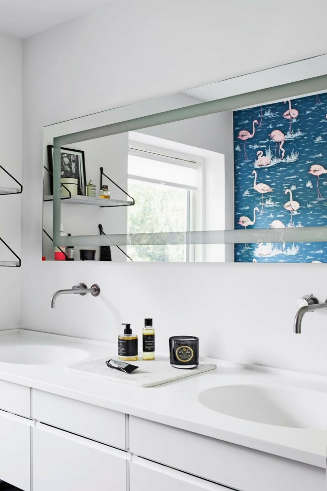 Badet er helt stramt i uttrykket med vegghengte armaturer fra Vola. Skapene er fra Invita. FOTO: Høeg + Møller