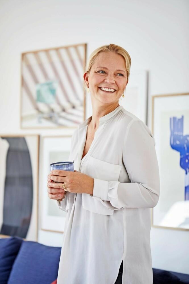 Camilla er ikke redd for å ta sjanser, og derfor har hun gått for en blå sofa. FOTO: Høeg + Møller