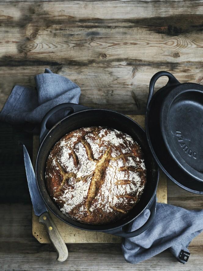 Deigen hever mens du sover, og så er det bare å steke brødet når du har stått opp. FOTO: Timm Vladimir